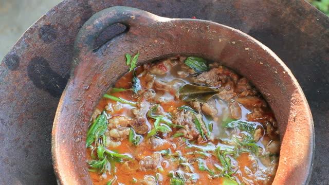 thai-küche kochen im lokalen stil - chilli stock-videos und b-roll-filmmaterial