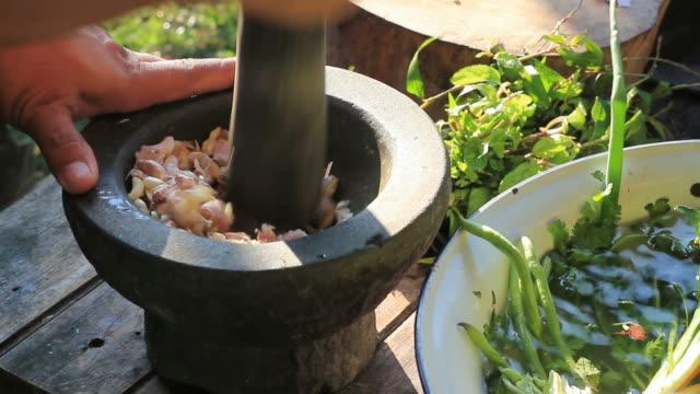 地元のスタイルでタイ料理 - インド料理点の映像素材/bロール