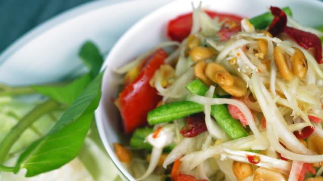 thai food: papaya salad - tajska kuchnia filmów i materiałów b-roll