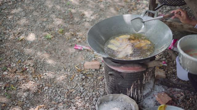 タイの揚げバナナスナック料理 - 油料理点の映像素材/bロール