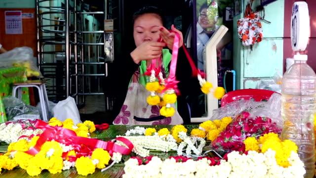 タイ風の花の宗教儀式の供物花市場 - 花市場点の映像素材/bロール