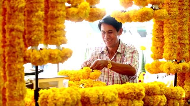 vidéos et rushes de thai garland offrande religieuse marché aux fleurs - marché établissement commercial