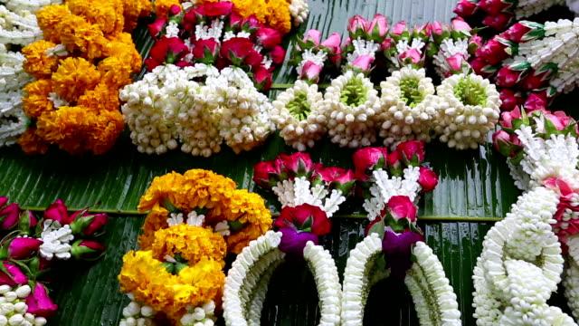 thai garland religious offering flower market - blomstermarknad bildbanksvideor och videomaterial från bakom kulisserna