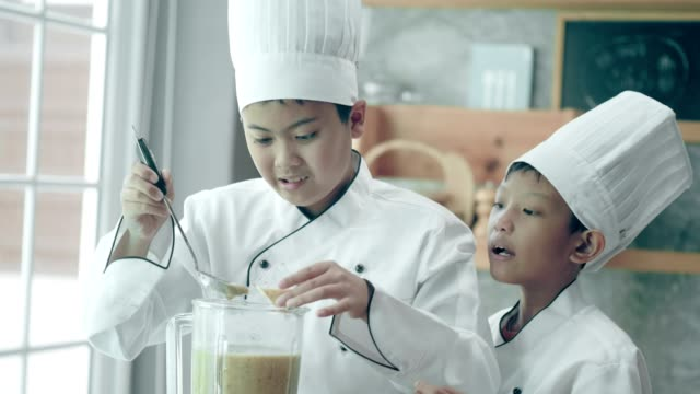 stockvideo's en b-roll-footage met thaise junior school-chef-kok sap en proeverij van het nieuwe menu op school kookles - aziatische etniciteit