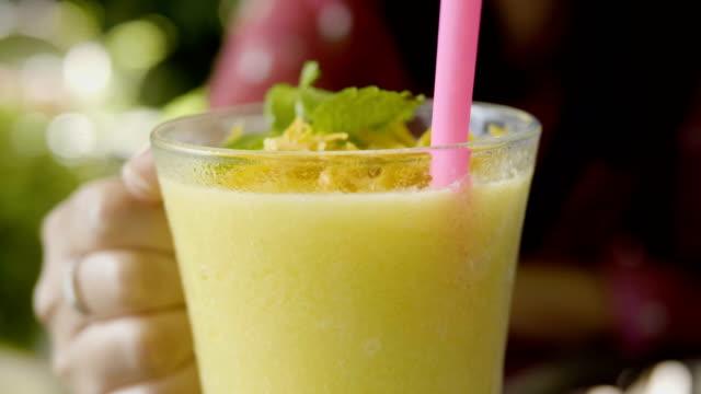 タイのマンゴーのスムージー - リゾート点の映像素材/bロール