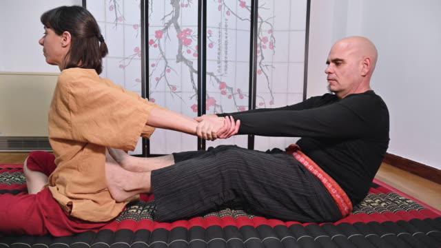massaggio tailandese per guarigione e relax. - dorso umano video stock e b–roll