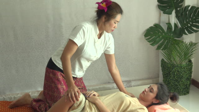 stockvideo's en b-roll-footage met thaise massage in de spa - masseren