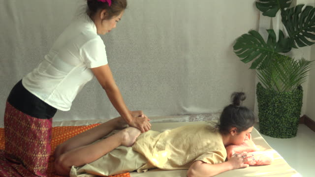 thai massage in spa - cultura tailandese video stock e b–roll