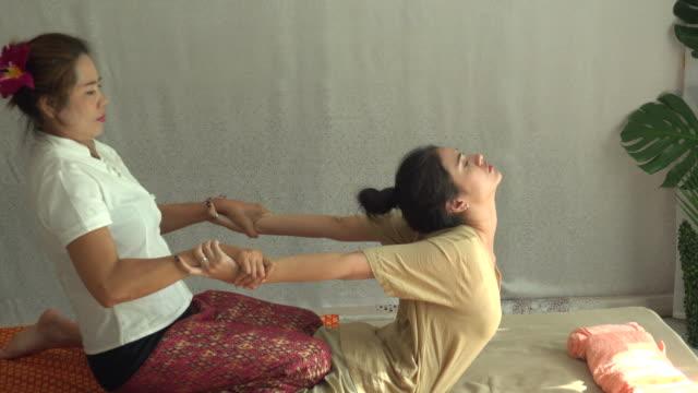 vídeos de stock e filmes b-roll de thai massage in spa - cultura tailandesa