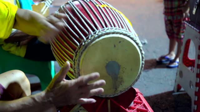 vídeos de stock, filmes e b-roll de instrumento tailandês do tambor antigo tradicional tailandês do jogo do músico. - arte, cultura e espetáculo