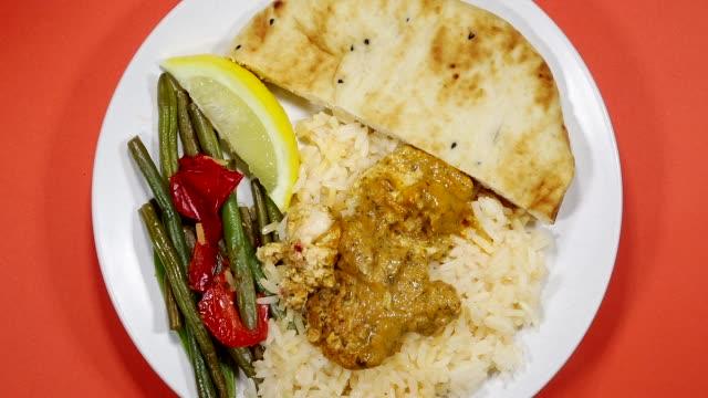 vídeos de stock e filmes b-roll de thai red chicken curry - meat plate