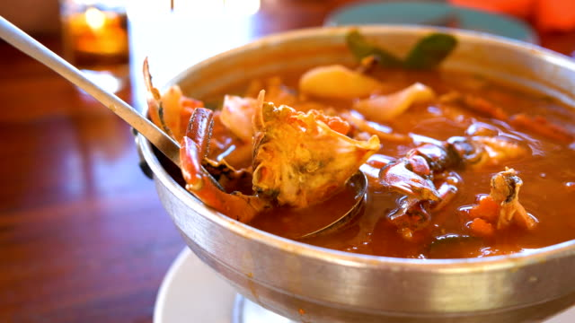 thai soup, sea food and mixed vegetable in orange spicy tamarind and spice soup. - tajska kuchnia filmów i materiałów b-roll