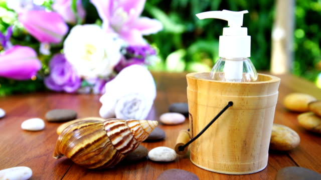 thai spa massage setting with bottle essential oil - stan naturalny filmów i materiałów b-roll