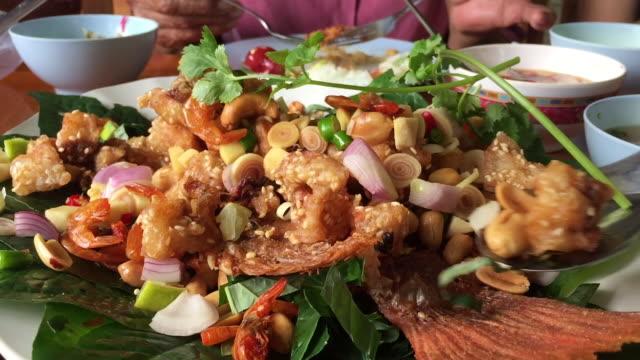thai spicy crispy fish salad - tajska kuchnia filmów i materiałów b-roll