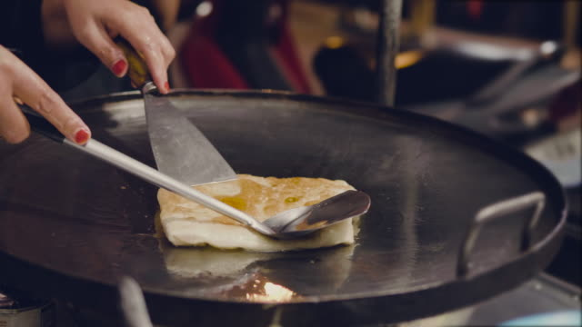 Thai street vendor fries up delicious paratha roll video