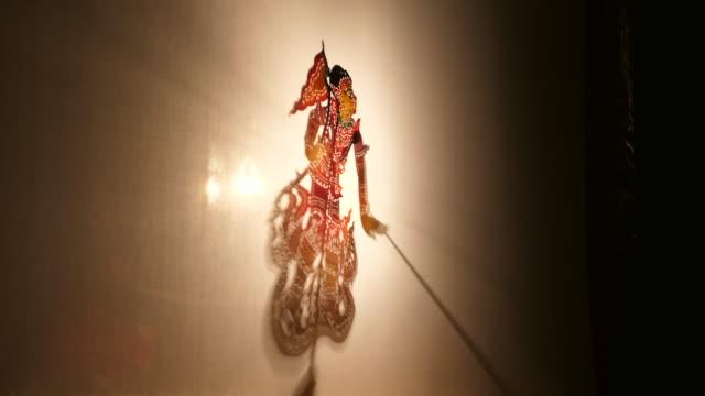 タイの伝統的な影の遊びやナンヤイは、タイの遺産として保存する舞台芸術です ビデオ