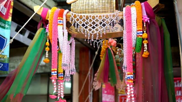 thailändska traditionella små fisk fälla, thailändska amuletten trä fisk fälla för förmögenhet och inkomster - ancient white background bildbanksvideor och videomaterial från bakom kulisserna
