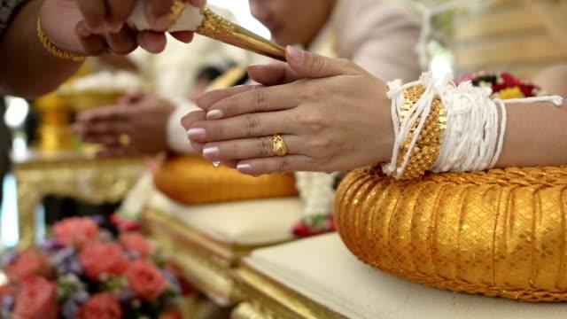 vídeos de stock e filmes b-roll de thai traditional wedding ceremony conch - bugio