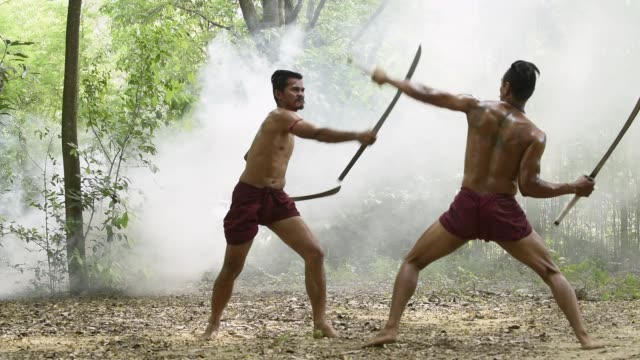 戦争の戦いアリーナでタイ戦士の戦い。剣士は敵にヒット、殺すことを試みる。タイの概念戦争歓迎の戦闘センス。タイの文化 ビデオ