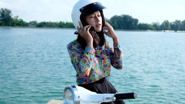 vídeos de stock e filmes b-roll de thai women driving retro scooter - helmet motorbike