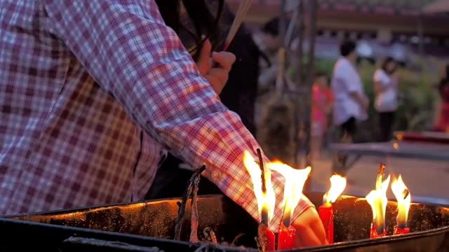 thai-chiński osób modlitwa dla szczęśliwego nowego roku, z wielką przyjemnością zwracam chiński nowy rok w chinatown, bangkok, tajlandia. - chinese new year filmów i materiałów b-roll