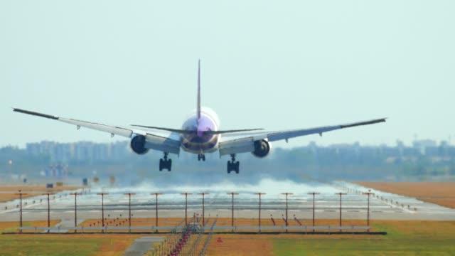 thailand airplane landing - lądować filmów i materiałów b-roll