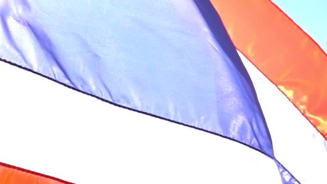 thailand flag over sky in slow motion - insygnia filmów i materiałów b-roll