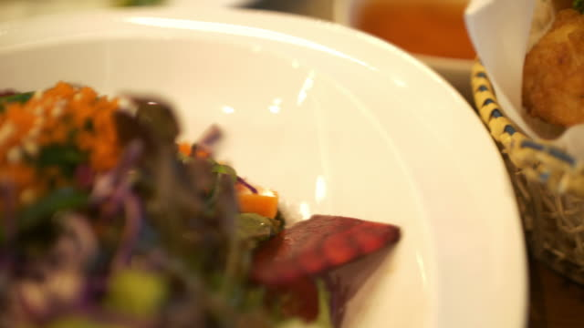 おいしい味のタイ料理 - サムイ島点の映像素材/bロール