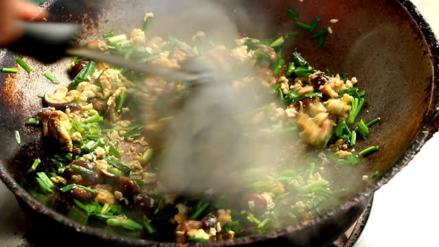 vídeos de stock, filmes e b-roll de tailândia que frita o cogumelo do shiitake com ovos e cebolinha de alho na bandeja - dieta paleo