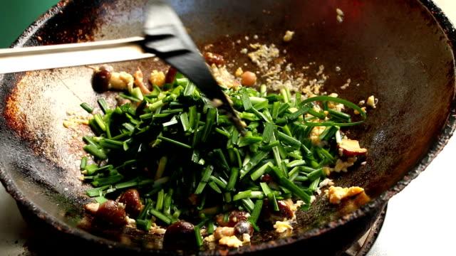 Thaïlande Frying shiitake champignon avec des œufs et de la ciboulette à l'ail dans la poêle - Vidéo