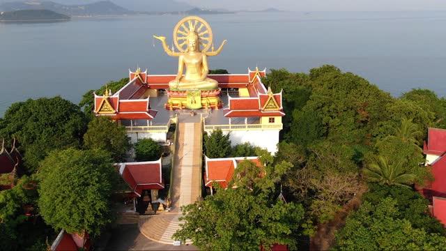 タイのランドマーク。黄金の大仏寺の空中写真 - サムイ島点の映像素材/bロール