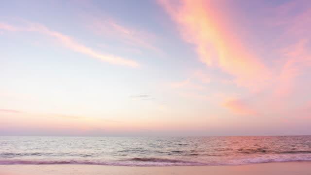 thailand sommar solnedgång sky phuket island beach panorama 4k tidsfördröjning - pink sunrise bildbanksvideor och videomaterial från bakom kulisserna