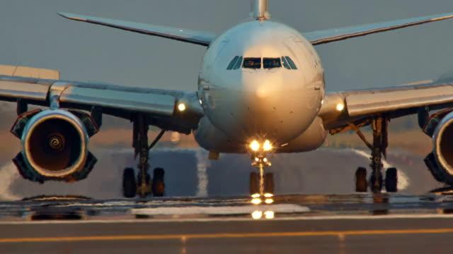 tayland günbatımı gündoğumu phuket havaalanı düz açılış jet binmek hd - hareketlilik stok videoları ve detay görüntü çekimi