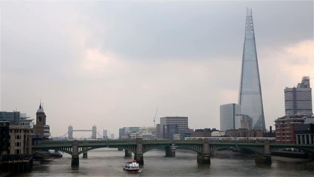 thames vista con shard, londra e tower bridge - london bridge inghilterra video stock e b–roll