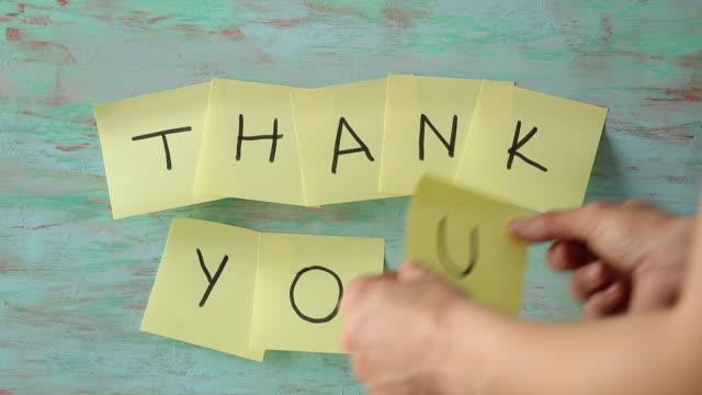 stockvideo's en b-roll-footage met dank u bericht - bord bericht