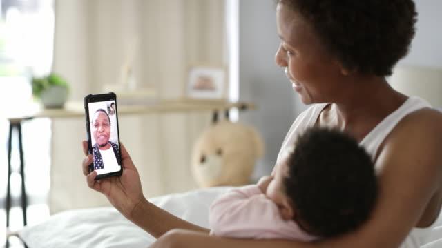 stockvideo's en b-roll-footage met dankzij technologie zal ik nooit iets missen! - video's van baby