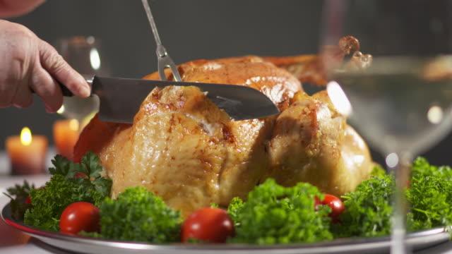 thanksgiving or christmas turkey dinner. carving the turkey in slow motion - indyk pieczony filmów i materiałów b-roll