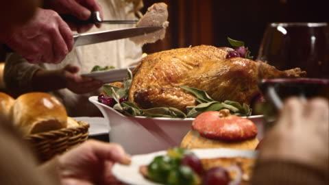 giorno del ringraziamento turchia essere conquistata e servito - cena video stock e b–roll