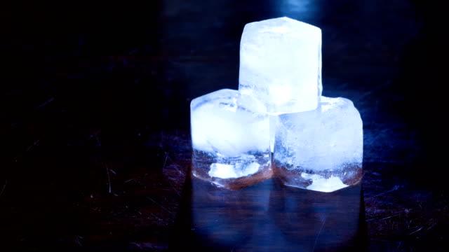küp buz çözdürme. timelapse - küp buz stok videoları ve detay görüntü çekimi