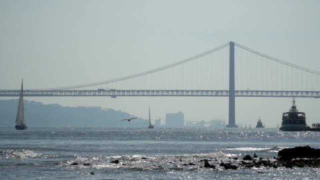 25 de abril brücke über den tejo in lissabon, portugal - zahl 25 stock-videos und b-roll-filmmaterial