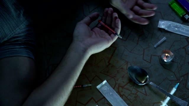 stockvideo's en b-roll-footage met de verslaafde na het nemen van de dosis valt op de vloer. dood van een drugsverslaafde. slow motion - amfetamine
