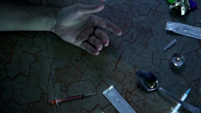 stockvideo's en b-roll-footage met de verslaafde na het nemen van de dosis valt op de vloer. dood van een drugsverslaafde. slow-motion. - amfetamine