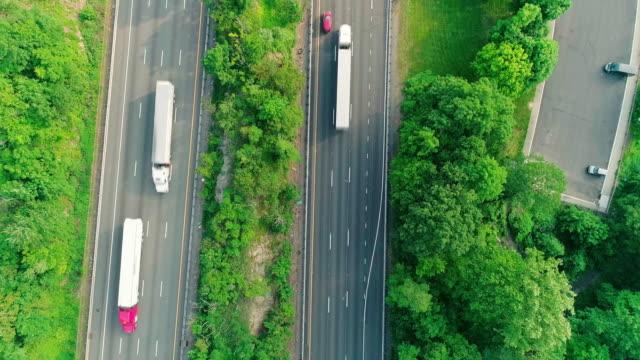 残りの部分ニュージャージー、デラウェア州水ギャップ近隣のクリストファー ・ コロンブスの高速道路周辺の駐車場の真上の空中。 - 州間高速道路点の映像素材/bロール