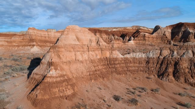 vídeos de stock e filmes b-roll de the aerial drone scenic view of the clay dry canyon near kanab, utah - vale