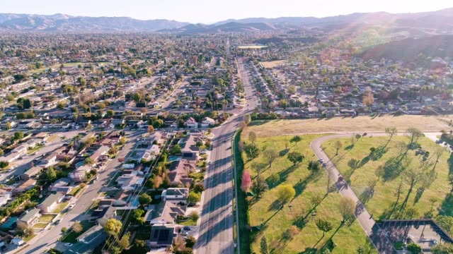 vídeos de stock e filmes b-roll de the aerial drone video of simi valley, california, los angeles agglomeration - sul