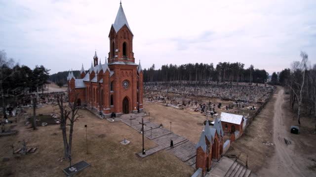 die luftbild-drohne-blick auf die katholische kathedrale von saint-aliaksey, xix-xx jahrhunderte, in der ivyanets stadt, belarus, ost-europa. - weißrussland stock-videos und b-roll-filmmaterial