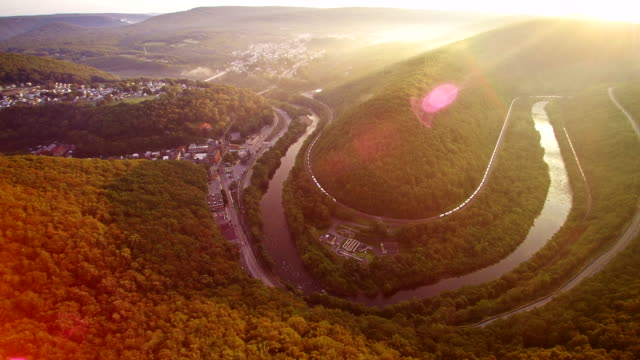 the aerial drone view of the jim thorpe (mauch chunk) and lehigh river in carbon county, poconos region, pennsylvania, usa - горы поконо стоковые видео и кадры b-roll