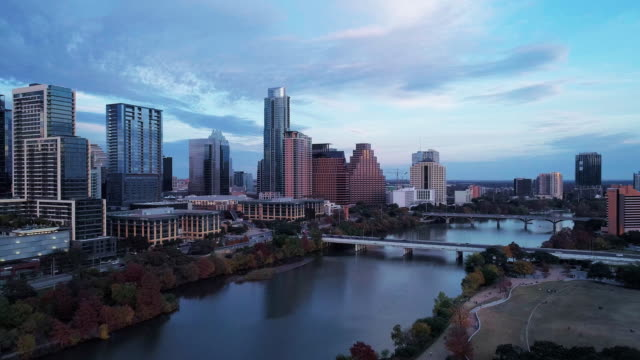 the aerial drove view of austin downtown, texas, usa, from auditorium shores at town lake park across colorado river. aerial drone video with the panoramic-rotation camera motion. - побережье мексиканского залива сша стоковые видео и кадры b-roll