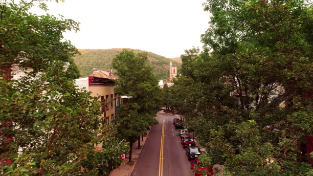 the aerial panoramic scenic view of the small mountain city jim thorpe (mauch chunk)  in poconos, pennsylvania. drone footage with the forward camera motion. - горы поконо стоковые видео и кадры b-roll