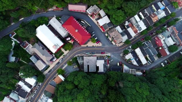 die panorama malerische luftaufnahme des kleinen bergstadt jim thorpe (mauch chunk) in poconos, pennsylvania. direkt oberhalb der drohne-footage mit aufsteigender spinnerei kamerabewegung - pennsylvania stock-videos und b-roll-filmmaterial